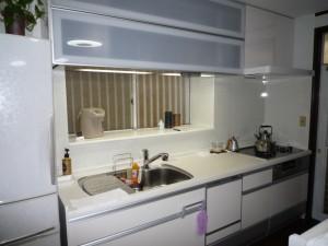 システムキッチンとカウンターテーブル
